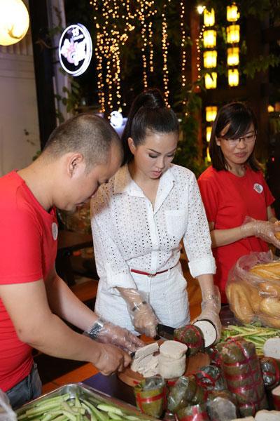 Nhóm của chị Nha Trang làm bánh mì tặng người khó khăn, cơ nhỡ