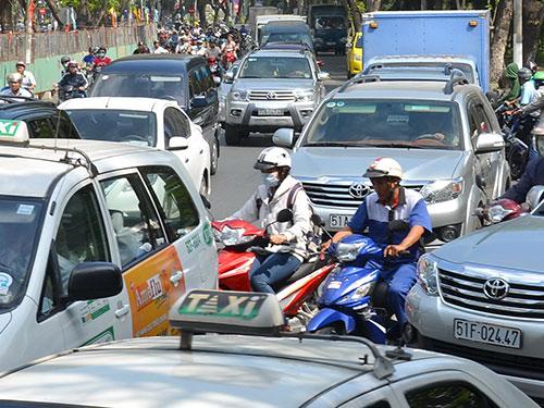 Hạn chế xe cá nhân đang là nhu cầu bức thiết ở các đô thị nhằm giải quyết tình trạng ùn tắc giao thông Ảnh: Tấn Thạnh