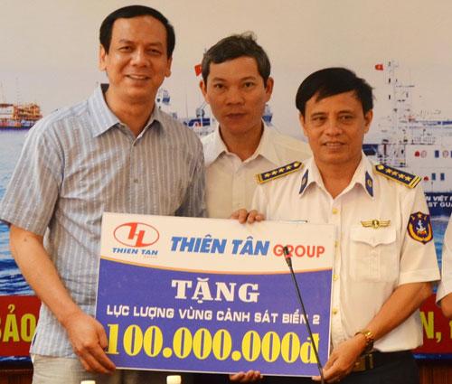 Anh Huỳnh Kim Lập tặng quà cho lực lượng Cảnh sát biển