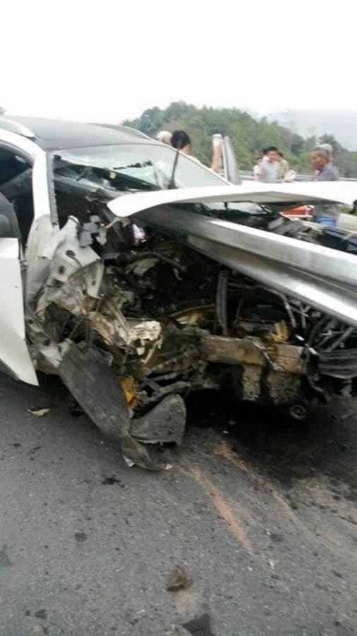 Phần đầu xe bị vỡ nát