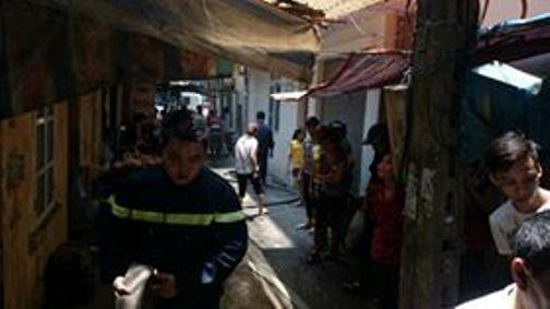 Lực lượng chữa cháy tiếp cận đám cháy từ ngõ 136