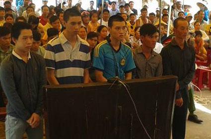 Bị cáo Hoài (ngoài cùng bên trái) lãnh mức án 15 năm tù vì chưa đủ 18 tuổi