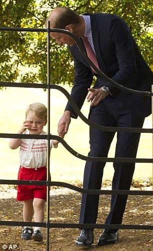 """""""Hoàng tử bé"""" khóc và được cha dỗ. Ảnh: AP"""