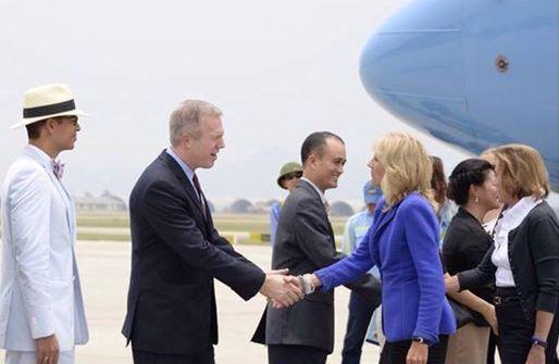 Đại sứ Mỹ tại Việt Nam đón chào Đệ nhị phu nhân Mỹ