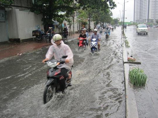 Đường Nguyễn Hữu Cảnh (quận Bình Thạnh) lại tiếp tục bị ngập sâu sau cơn mưa rải rác kéo dài vào buổi chiều. Ghi nhận trên tuyến đường này đoạn gần cầu Nguyễn Hữu Cảnh thường xuyên bị ngập nước sau mưa khiến người dân ngao ngán mỗi lần lưu thông qua đây
