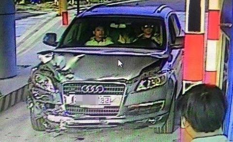 Chiếc xe Audi mang BKS 29A-657.88 do tài xế Trần Văn Giáp điều khiển bỏ trốn khỏi hiện trường được camera trạm thu phí ghi được