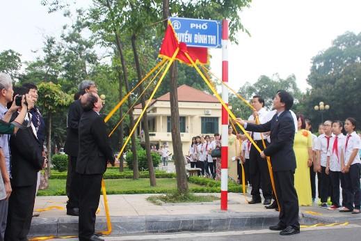 Đại diện UBND TP, UBND quận Tây Hồ, Hội nhạc sĩ, Hội Liên hiệp Văn học nghệ thuật Việt Nam, đại diện gia đình nhà thơ, văn Nguyễn Đình Thi cùng dự lễ gắn biển