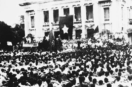 Người dân Hà Nội dự lễ mít tinh biểu dương lực lượng tại Quảng trường Nhà hát Lớn ngày 19-8-1945Ảnh TƯ LIỆU