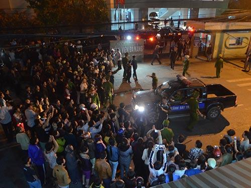 Rất nhiều người dân tập trung trước Khoa Ung bướu - Bệnh viện Đà Nẵng đón ông Nguyễn Bá Thanh trở về trị bệnh  Ảnh: QUANG VINH