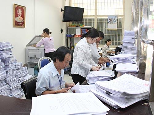 Đến cuối năm 2021, TP HCM phải giảm tối thiểu 10% số biên chế được giao. Trong ảnh: Cán bộ UBND phường Bến Nghé, quận 1, TP HCM giải quyết hồ sơ cho người dân Ảnh: HOÀNG TRIỀU