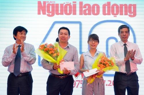 Phó Chủ tịch Thường trực LĐLĐ TP HCM Nguyễn Văn Khải (bìa phải) trao thưởng cho 2 phóng viên đoạt giải báo chí TP HCM của Báo Người Lao Động Ảnh: TẤN THẠNH