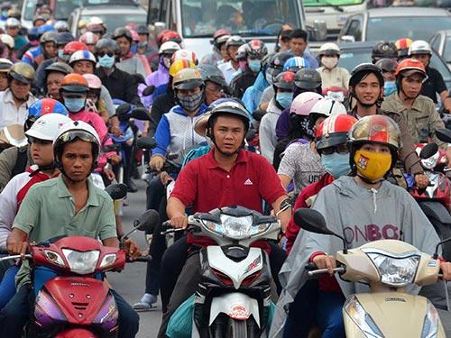 Xe máy đã gánh rất nhiều loại phí nên nhiều người dân cho rằng việc thu thêm phí bảo trì đường bộ là không phù hợp Ảnh: TẤN THẠNH