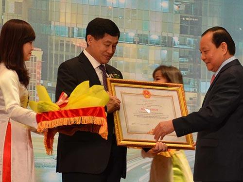 Ủy viên Bộ Chính trị, Bí thư Thành ủy TP HCM Lê Thanh Hải tặng bằng khen cho kiều bào có nhiều đóng góp cho sự phát triển của TP HCM  Ảnh: PHAN ANH