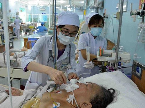 Chăm sóc bệnh nhân tại Khoa Hồi sức tích cực - chống độc Bệnh viện Trưng Vương (TP HCM)  Ảnh: TẤN THẠNH
