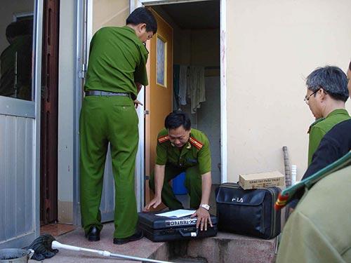 Cơ quan công an khám nghiệm hiện trường vụ án Hồ Duy Hải sát hại 2 nhân viên bưu điện Ảnh: MINH SƠN
