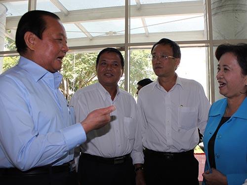 Ủy viên Bộ Chính trị, Bí thư Thành ủy TP HCM Lê Thanh Hải (bìa trái) cùng các đại biểu bên lề hội nghị