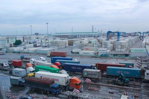 Để giải quyết lượng hàng hóa xuất nhập khẩu trị giá ngày càng lớn, rất cần phải cải cách thủ tục hành chính về hải quan. Trong ảnh: Hàng hóa xuất nhập cảnh tại cảng Cát Lái (TP HCM) Ảnh: HOÀNG TRIỀU