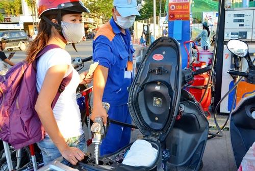 Khách hàng đổ xăng tại một cửa hàng kinh doanh xăng dầu tại TP HCM Ảnh: TẤN THẠNH