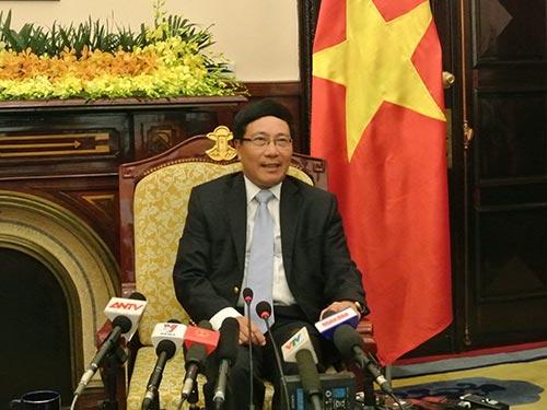 Phó Thủ tướng - Bộ trưởng Bộ Ngoại giao Phạm Bình Minh trả lời báo chí vào chiều tối 21-8 Ảnh: DƯƠNG NGỌC