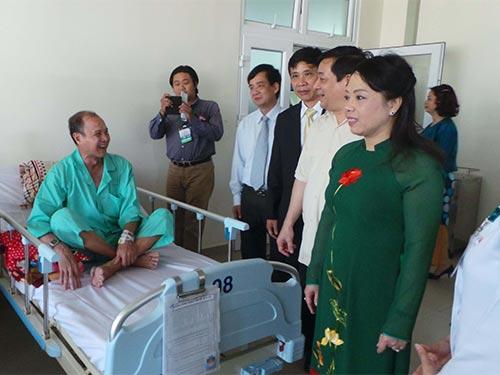 Bộ trưởng Bộ Y tế Nguyễn Thị Kim Tiến thăm bệnh nhân đang điều trị bệnh ung thư tại Bệnh viện Chợ Rẫy Ảnh: NGUYỄN THẠNH