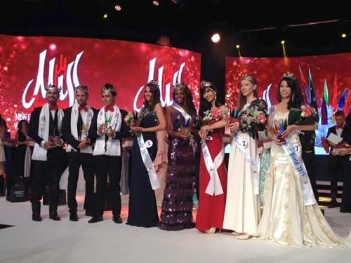 Lê Thị Thúy Đoan (ngoài cùng bên phải) giành Á hậu 2 cuộc thi Hoa hậu khiếm thính toàn cầu 2015