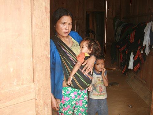 Cháu Hồ Thị Đẩy mắc chứng đau cổ họng nhưng gia đình chỉ mua trâu về cúng, không cho mang đi chữa bệnh