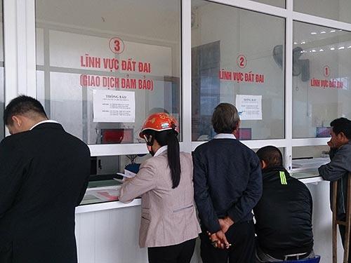 Người dân đến làm thủ tục tại bộ phận một cửa của UBND TP Đông Hà,  tỉnh Quảng Trị