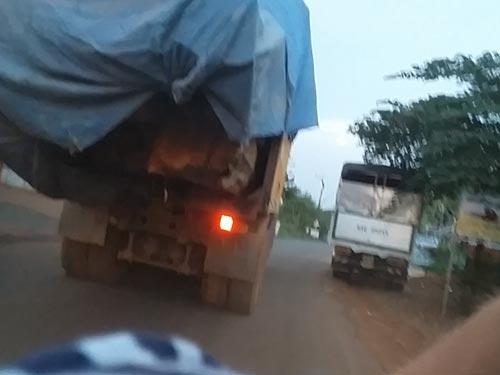 Chiếc xe chở gỗ lậu trên Tỉnh lộ 664 chiều 3-5