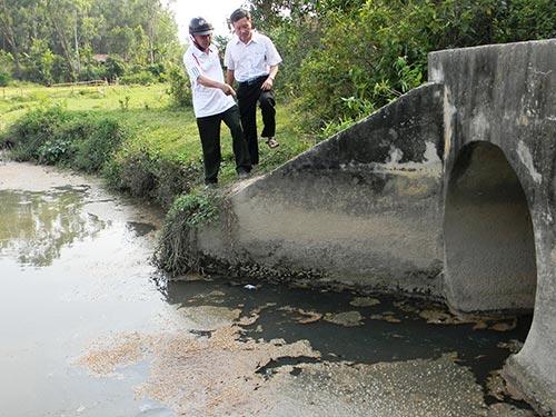 Nước thải xả trực tiếp ra môi trường từ các công ty tại KCN Chu Lai (huyện Núi Thành, tỉnh Quảng Nam) năm 2014 Ảnh: TRẦN THƯỜNG