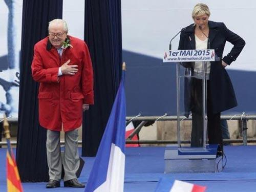 Bà Marine Le Pen (phải) không muốn cha - ông Jean-Marie Le Pen - tiếp tục giữ chức chủ tịch danh dự Đảng Mặt trận quốc gia Pháp (FN) Ảnh: REUTERS