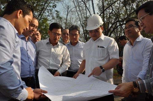Phó Thủ tướng Hoàng Trung Hải (thứ 3 từ phải qua) trong một lần khảo sát khu tái định cư phục vụ dự án sân bay Long Thành Ảnh: XUÂN HOÀNG