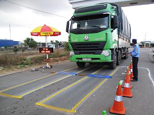 Bộ trưởng Đinh La Thăng đề nghị xử lý hành vi cố tình phá hoạt tài sản quốc gia đối với doanh nghiệp cố tình chở quá tải. Trong ảnh: Kiểm tra xe quá tải tại tỉnh Phú Yên Ảnh: HỒNG ÁNH