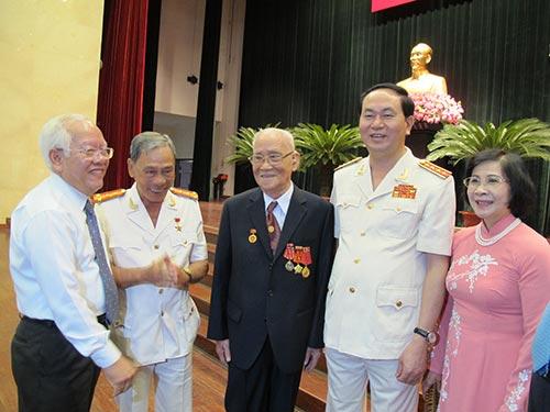 Đại tướng Trần Đại Quang và lãnh đạo TP HCM chúc sức khỏe đại tá Thái Doãn Mẫn (giữa)
