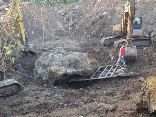 Hòn đá bán quý canxedon nặng gần 30 tấn đang bị tạm giữ