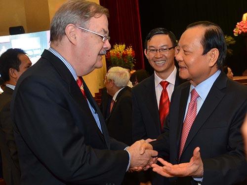 Bí thư Thành ủy TP HCM Lê Thanh Hải trao đổi với ông Herb Cochran - Giám đốc điều hành AMCHAM. Ảnh: TẤN THẠNH