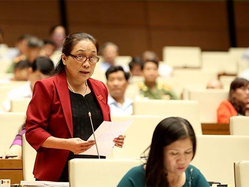 Đại biểu Trương Thị Huệ đề nghị có quy định cụ thể để bảo đảm sử dụng ngân sách chặt chẽ Ảnh: LONG THẮNG