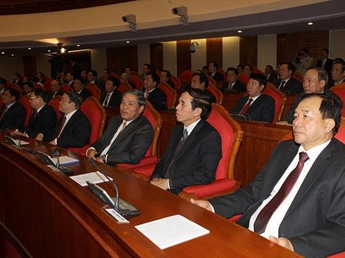 Các đại biểu nghe báo cáo công tác cán bộ cấp chiến lược tại Hội nghị Trung ương 10 Ảnh: TTXVN