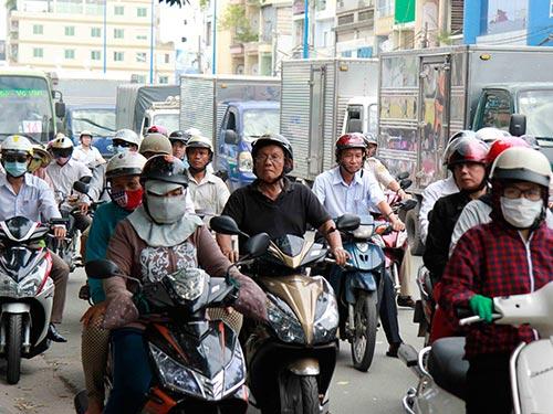 Đa số người dân TP HCM không đồng tình thu phí sử dụng đường bộ đối với mô tô, xe máy Ảnh: HOÀNG TRIỀU