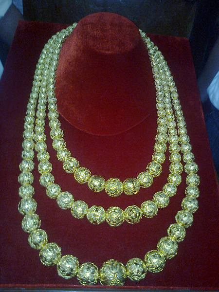 Sợi dây chuyền cực khủng đeo lên tượng Bà, làm từ hơn 161 lượng vàng (gần 6 kg)