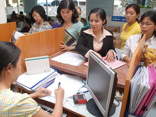 Doanh nghiệp làm thủ tục về thuế tại Cục Thuế TPHCM. Ảnh tư liệu