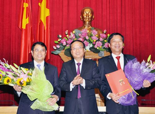 Ông Tô Huy Rứa (giữa) chúc mừng các ông Phạm Minh Chính (trái) và Nguyễn Văn Đọc (phải). Ảnh: Báo Quảng Ninh