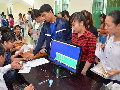 Thí sinh chỉnh sửa hồ sơ đăng ký dự thi tại Trường ĐH Sư phạm TP HCM trong kỳ thi tuyển sinh ĐH-CĐ năm 2014Ảnh: TẤN THẠNH