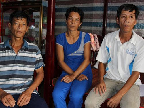 Ông Phạm Văn Lé (bìa phải) cùng vợ và em trai là những người vừa được minh oan trong vụ Lâm Tài Mấu tử vong