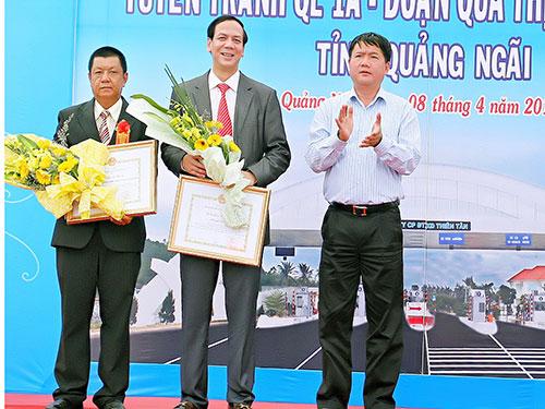 Bộ trưởng Bộ Giao thông Vận tải Đinh La Thăng tặng bằng khen cho anh Huỳnh Kim Lập (thứ hai từ phải sang) vì thành tích hoàn thành xuất sắc tuyến tránh Quốc lộ 1A đi qua huyện Đức Phổ, tỉnh Quảng Ngãi