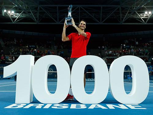 Federer sau trận thắng đặc biệt tối 11-1 Ảnh: REUTERS