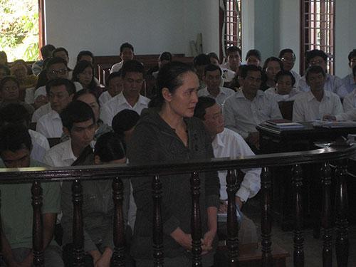 Bị cáo Nguyễn Thị Thu Sương trả lời chất vấn trước tòa