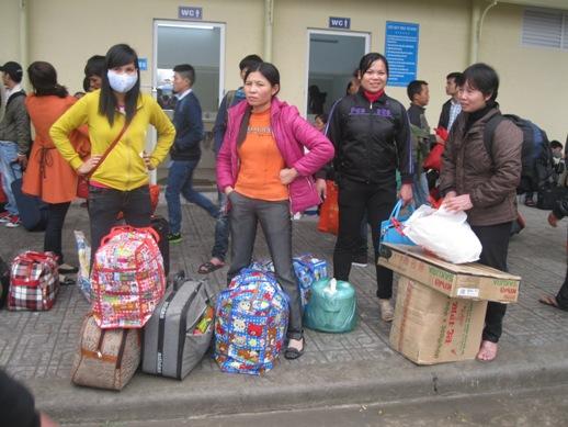 Ai cũng mang theo nhiều hành lý chuẩn bị về quê đón Tết