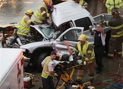 Lũ lụt và lốc xoáy khiến giao thông bị ngưng trệ tại bang Oklahoma. Ảnh: AP