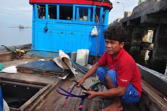 Một tàu cá ngư dân Quảng Ngãi bị tàu Trung Quốc phá hỏng ngư lưới cụ trước đó. Ảnh: T.Trực