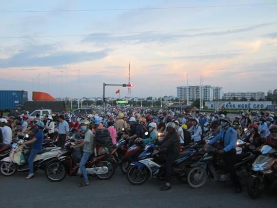 Hàng trăm người dân đã đến hiện trường theo dõi công tác xử lý hiện trường của lực lượng chức năng